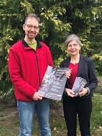 """Cord Waldeck und Sabine Pera vom Verein """"Kirche im Dorf"""" e. V. Binnen-Bühren"""" präsentieren Plakat und Flyer für die Frühjahrskonzerte 2020."""