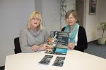 """Hille Laue und Sabine Pera vom Verein """"Kirche im Dorf-Binnen/Bühren"""" präsentieren Plakat und Flyer für die Frühjahrskonzerte 2018"""